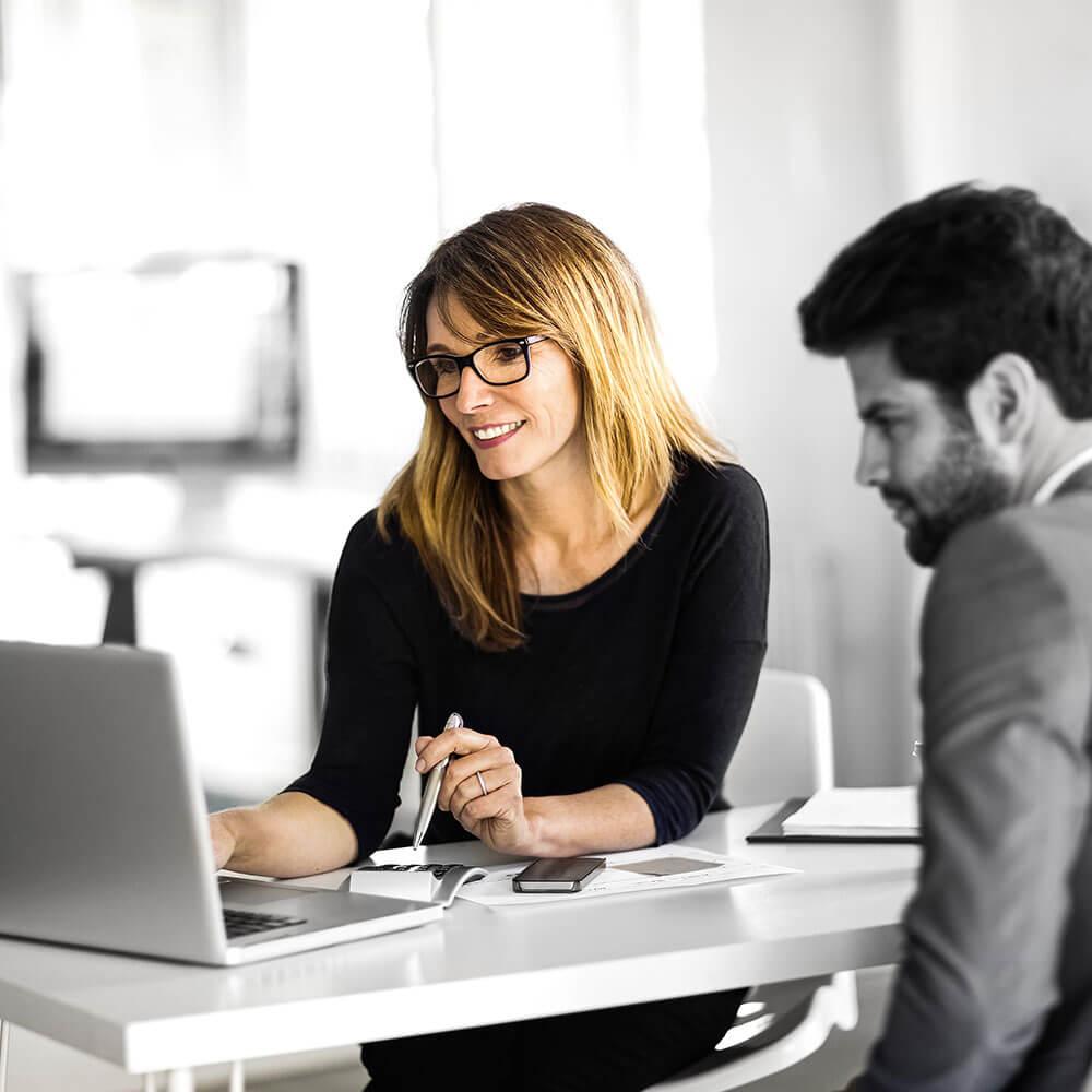 Beraterin und Bewerber im Bewerbungstraining
