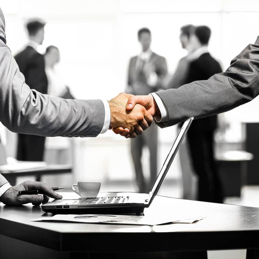 Nach dem Erfolgreichen Interim Management Projekt schütteln sich die beteiligten die Hände.